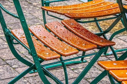 natte buitenstoel